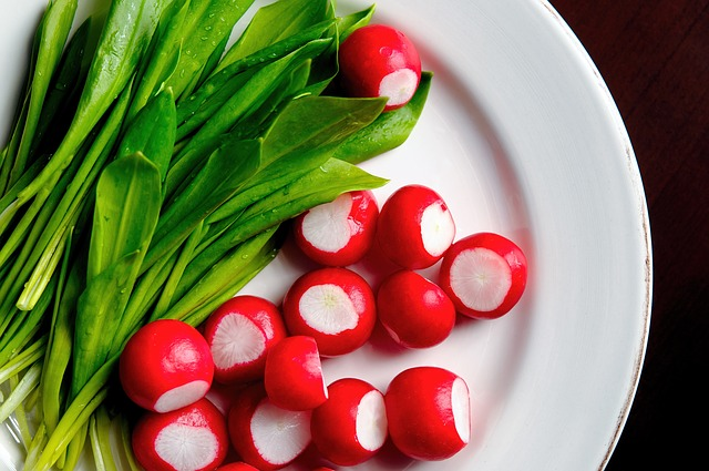 Топ 20 низкокалорийных продуктов: редис на тарелке