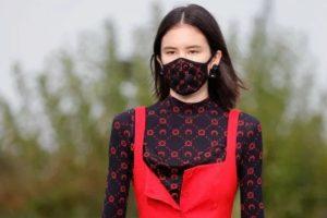защитная маска на лице