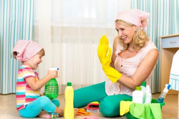 женщина и ребенок убираются